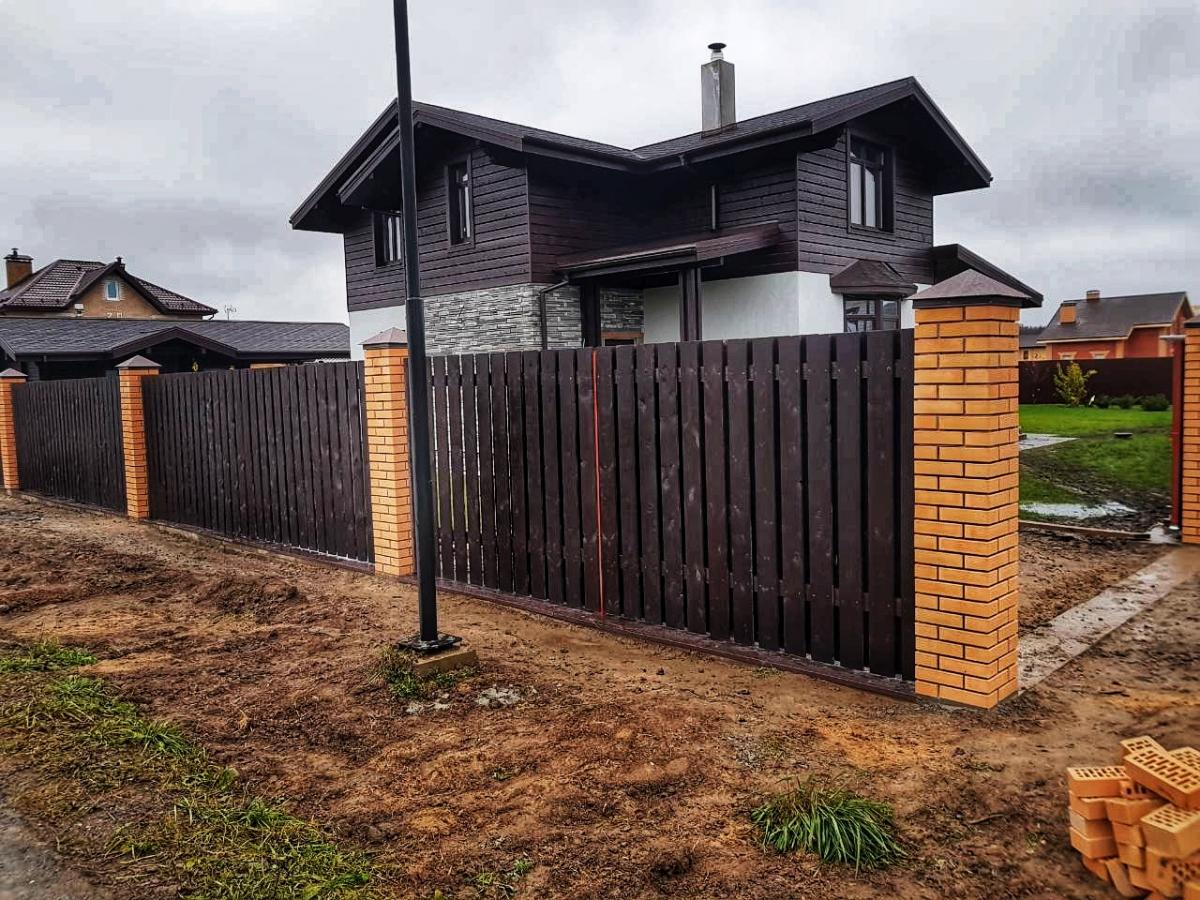 забор с кирпичными столбами фото деревья